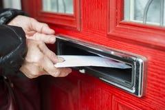 Brief in de brievenbus stock foto's