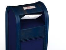 Brief die in brievenbus glijdt stock foto's