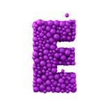 Brief E die van plastic parels, purpere 3d bellen wordt de gemaakt, die op wit worden geïsoleerd, geeft terug Royalty-vrije Stock Foto