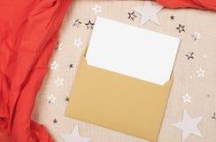 Brief in een envelop op stoffentextuur stock foto's