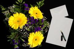 Brief en bloem stock fotografie