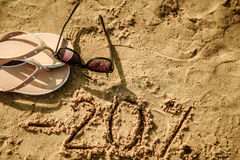 Brief 20 geschrieben auf Sand Stockfotos