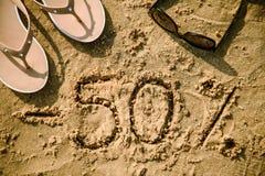 Brief 50 geschrieben auf Sand Stockfotografie