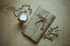 Brief, klok en sleutels Stock Fotografie