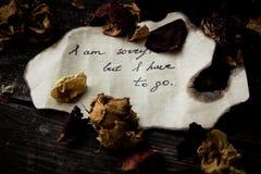 Brief met emoties op een donkere achtergrond met droge rozen Royalty-vrije Stock Foto