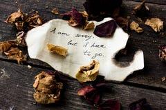 Brief met emoties op een donkere achtergrond met droge rozen Stock Foto's