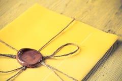 Brief met verbinding op lijst Stock Afbeeldingen