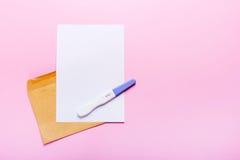 Brief met zwangerschapstest Royalty-vrije Stock Foto
