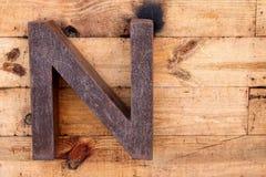 Brief N van roestig ijzer wordt gemaakt dat stock foto's