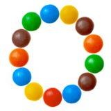 Brief O van zoet gekleurd die suikergoed, alfabet op witte achtergrond wordt geïsoleerd stock afbeelding