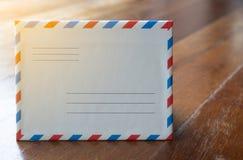Brief van de close-up de witte retro stijl evelope met oranje licht royalty-vrije stock foto