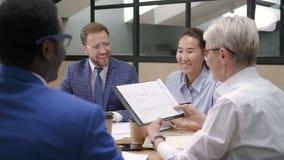Briefing dans l'équipe sûre multiraciale dans le bureau moderne banque de vidéos