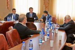Briefing met hoogste managers van bedrijf tijdens persreis Royalty-vrije Stock Fotografie