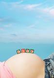 Briefkästen auf Bauch der schwangeren Frau Stockfoto