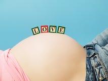 Briefkästen auf Bauch der schwangeren Frau Lizenzfreie Stockfotografie