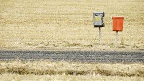 Briefkästen auf einer Landstraße Stockfoto