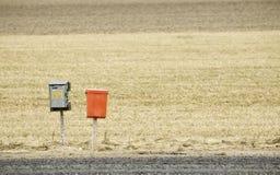 Briefkästen auf einer Landstraße Stockbilder