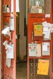Briefkästen auf Metalltür lizenzfreies stockbild