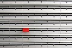 Briefkästen und roter Umschlag Lizenzfreie Stockbilder
