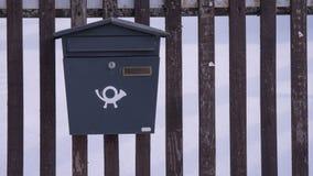 Briefkasten auf Bretterzaun eines Hauses stockfoto
