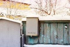 Briefkasten auf dem Zaun stockfotografie