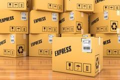 Briefkasten auf einem hölzernen Regal Stockfotos