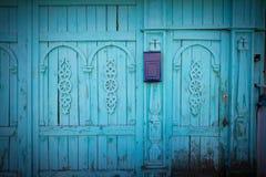 Briefkasten auf einem woodcarved Zaun Lizenzfreies Stockfoto