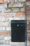 Briefkasten auf einer Backsteinmauer Stockbild