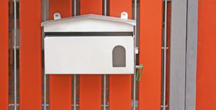 Briefkasten auf Eingangstor lizenzfreie stockfotos