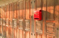 Briefkasten auf hölzernem Hintergrund Stockbilder