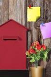 Briefkasten-Beitrag, mit Blume, Papieranmerkungen, Kunst, backg Stockfotografie