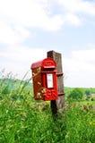 Briefkasten in der englischen Landschaft von Cotswolds Lizenzfreies Stockbild
