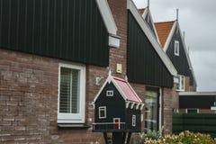 Briefkasten des kleinen Hauses Stockfotos