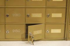 Briefkasten - entriegelt mit Schlüssel im Verschluss stockbilder