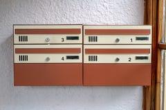 Briefkasten für einige Bewohner Ein Platz für Korrespondenz in lizenzfreie stockfotografie
