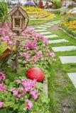 Briefkasten im Garten Stockfotografie