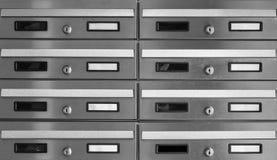 Briefkasten im Gebäude, Schwarzweiss lizenzfreie stockbilder