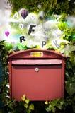 Briefkasten mit bunten Buchstaben Lizenzfreies Stockfoto