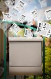Briefkasten mit dem Tageszeitungsfliegen Lizenzfreie Stockbilder
