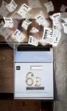 Briefkasten mit dem Tageszeitungsfliegen Lizenzfreie Stockfotos