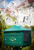 Briefkasten mit dem Tageszeitungsfliegen Lizenzfreies Stockbild