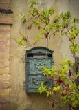 Briefkasten und Anlage auf der alten Wand Stockbilder
