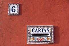 Briefkasten und Hausnummerplatte in Spanien, buntes rotes weißes blaues Farbdesign 6 sechs Stockfoto