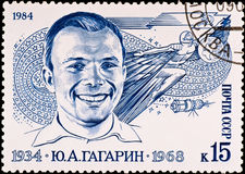 Briefmarke zeigt Yuri Gagarin stockfotos
