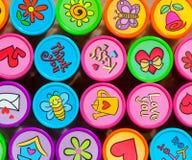 Briefmarkensammlung in vielen vibrierenden Farben Lizenzfreies Stockbild