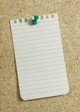 Briefpapier auf corkboard stockfoto