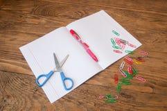 Briefpapier auf dem Schreibtisch Stockfoto