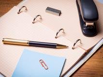 Briefpapier auf dem Tisch Stockfotografie