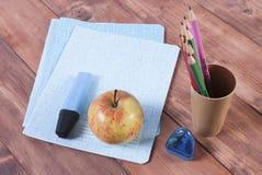 Briefpapier auf dem Tisch eingestellt für Schule Stockfotografie