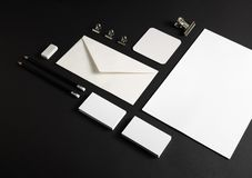 Briefpapier auf Schwarzem lizenzfreies stockfoto
